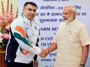 Prime Minister Narendra Modi shakes hand with Shooter Gagan Narang during the warm send-off  ceremony