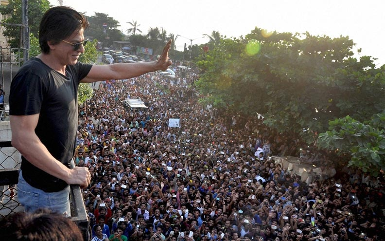 Bollywood actor, Shah Rukh Khan, greets, huge crowd, fans, gathered outside, residence, celebrate, birthday, Mumbai