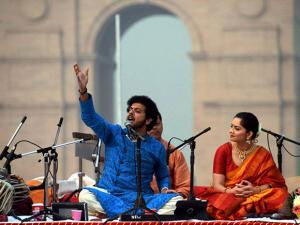 Classical singer Mahesh Kale with Sonalee Kulkarni performing in front of India Gate