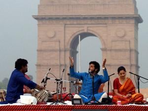 Mahesh Kale with Sonalee Kulkarni performing in front of India Gate