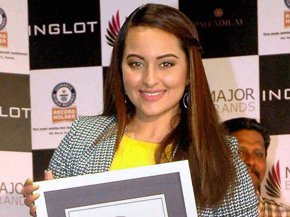 sonakshi sinha world record, sonakshi sinha photo, sonakshi guinness world, sonakshi guinness book
