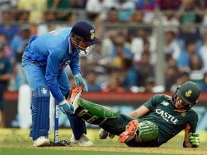 MS Dhoni helps South African player Faf du Plessis