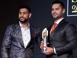 Indian car racer Gaurav Gill being felicitated by professional boxer Amir Khan