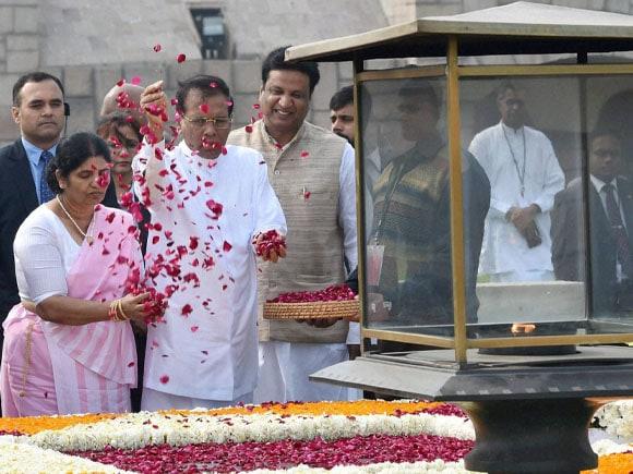 President of Sri Lanka, Maithripala Sirisena, Prime Minister of India, Narendra Modi, President of India, Pranab Mukherjee, Jayanthi Sirisena, Mahatma Gandhi, Rajghat, Tribute