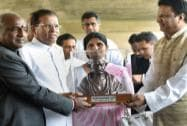 Maithripala Sirisena and his wife Jayanthi Sirisena receive a memento after paying tribute to Mahatma Gandhi