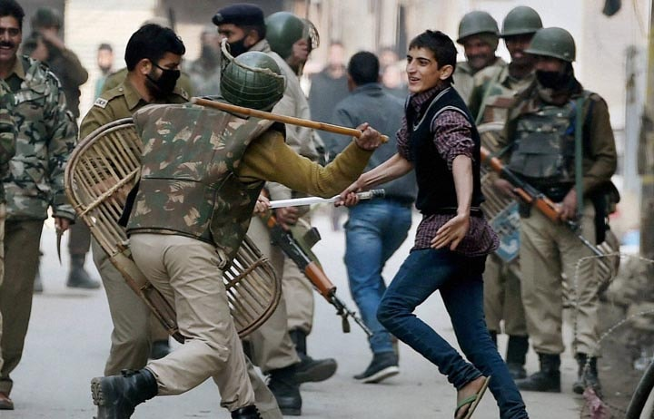 Police, personnel, tried, stop, Muslim Shia mourners, tried, procession, mark, eighth, day, Muharram, Srinagar