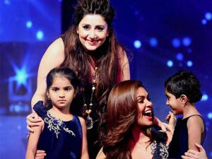 Esha Gupta and designer Archana Kochhar with children during a charity show in Mumbai