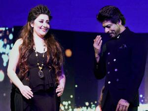 Shah Rukh Khan with designer Archana Kochhar during a charity show in Mumbai