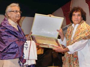 Pt Kartik Kumar, the seniormost disciple of  Sitar Maestro Pt Ravi  Shankar, being felicitated by Ustad Zakir Hussain