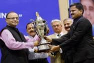 Arun Jaitley presenting Best branch of CBI for 2013 to ACB,