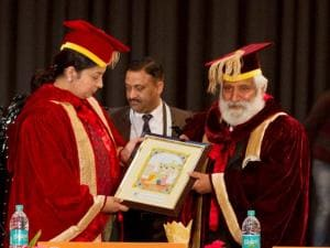Vice Chancellor of HP Central University, Dharasmhala, Kuldeep Agnihotri presenting a Kangra painting to Union Minister of HRD Smriti Irani