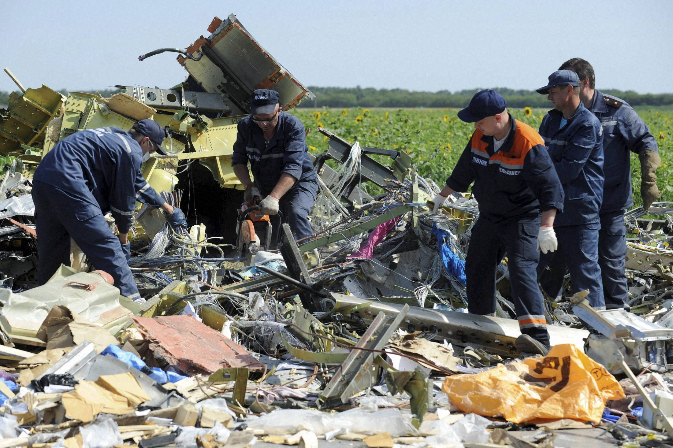Human remains, aircraft parts, emergency workers, bodies, crash site, Malaysia, Airlines Flight, Hrabove, eastern Ukraine, pro-Russia, rebels,Malaysia, Airlines Flight, unfettered, independent, investigators