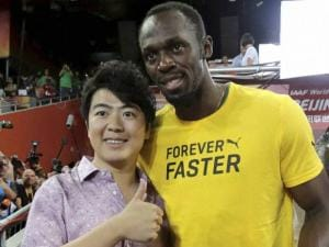 Usain Bolt poses for a photo with Chinese pianist Lang Lang