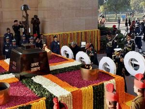 homage to the martyrs at Amar Jawan Jyoti on the occassion of 'Vijay Diwas'