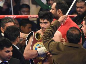 Vijender Singh celebrates his  win against  Francis Cheka