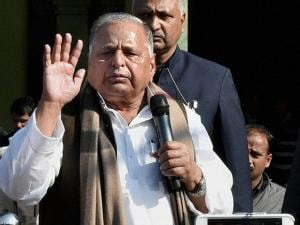 Mulayam Singh Yadav addressing party workers at party office