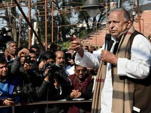 Samajwadi Party supremo Mulayam Singh Yadav addresses party workers at the party office