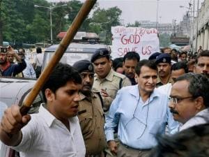 Yuva League activists protest against Suresh Prabhu
