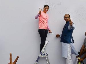 Mary Kom flash victory signs after inaugurating the 'Wall Of Wishes'