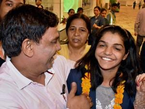 India's first woman wrestler Sakshi Malik being greeted by her parents