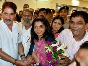Sakshi Malik along with her parents on arrival at IGI airport T3 in New Delhi