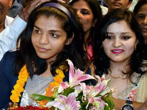 Sakshi Malik receives a grand welcome on her arrival at IGI airport T3