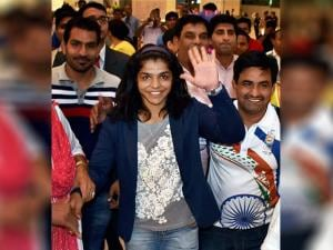 Sakshi Malik waves to her fans as she receives a grand welcome