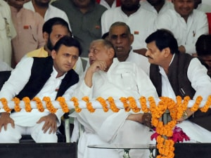 Akhilesh's Mercedes rath develops snag