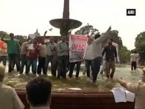 UPSC aspirants protest against Central Government in Delhi