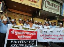 Members of jewellers' association protesting against the government proposal to impose 1% excise duty in jewellery sector in Mumbai (pic: Suryakant Niiwate)