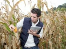 Agronomist with tablet image via Shutterstock.