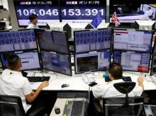 Employees of a foreign exchange trading company work in front of monitors displaying television news on Britain's EU referendum and the Japanese yen's exchange rate against British pound (C) and the U.S. dollar (L) in Tokyo, Japan. Photo: Reuters