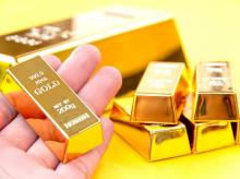 Gold rises from over three-week low on bargain hunting