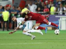 Mohamed Salah gets injury after tough tackle by Sergio Ramos