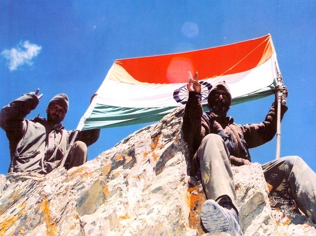 The Tricolour atop a Kargil peak (Photo Credit: Sainik Samachar)