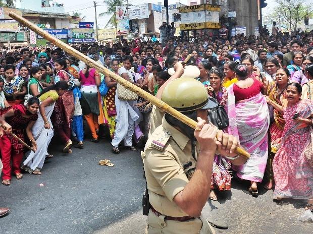 Police lathi charged protesting garment workers in Bengaluru (Photo: Saggere Radhakrishna)