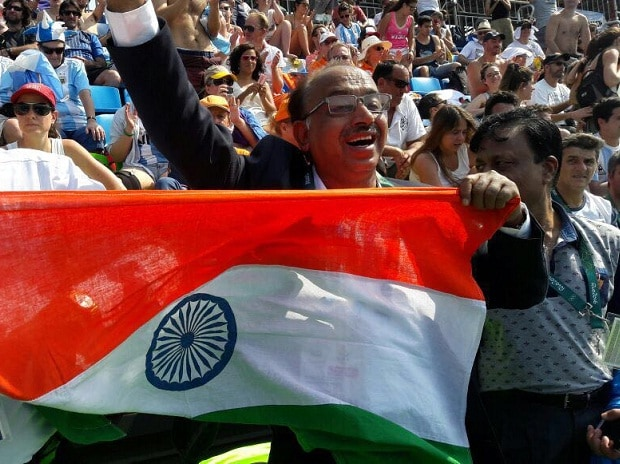 MoS for Youth Affairs & Sports Vijay Goel cheers on the Indian hockey team in Rio (Image source: Twitter)