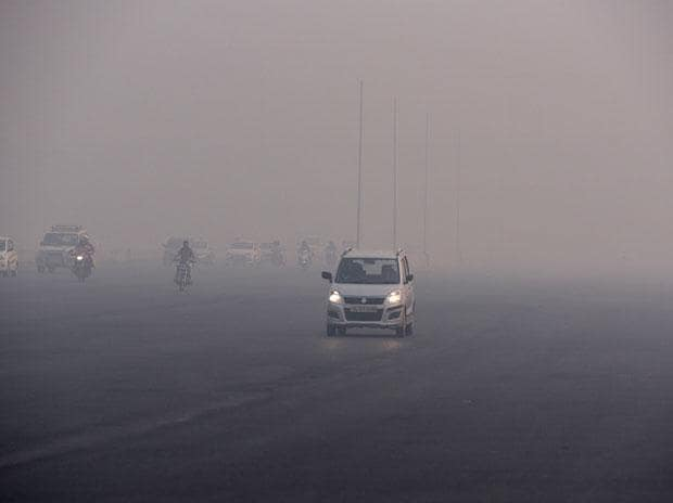 Diwali 2017 pics: Air pollution chokes Delhiites, dense fog clouds vision
