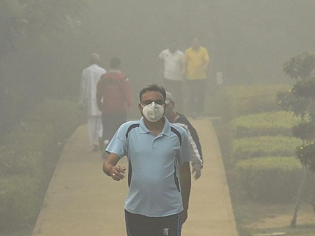 Diwali 2017 pics: Air pollution chokes Delhiites, dense fog clouds vision
