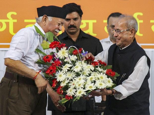 Former president Pranab Mukherjee being welcomed by Rashtriya Swayamsevak Sangh (RSS) chief Mohan Bhagwat at the closing ceremony of 'Tritiya Varsha Sangh Shiksha Varg', an Rashtriya Swayamsevak Sangh (RSS)