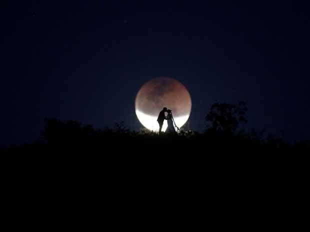 A couple poses for photo during a total lunar eclipse from in Brasilia, Brazil, July 27, 2018. Photo: Reuters