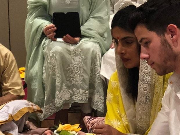 Priyanka Chopra And Nick Jonas Confirms Engagement With This Pic!