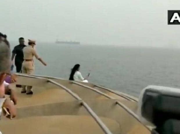 amruta fadnavis taking selfie on cruise ship