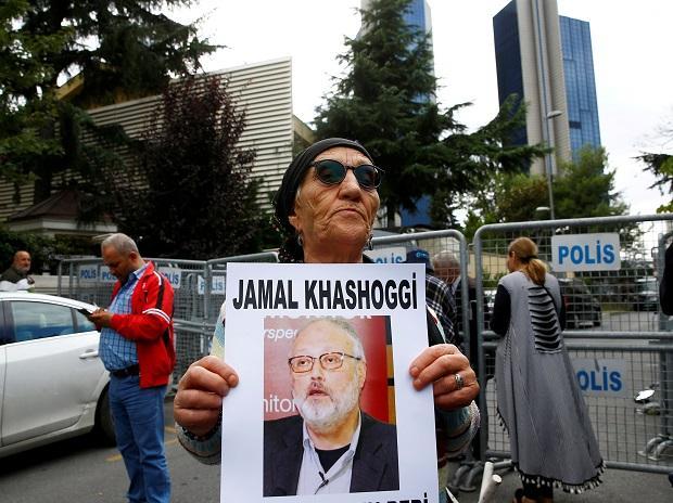 A human rights activist holds picture of Saudi journalist Jamal Khashoggi | Photo: Reuters