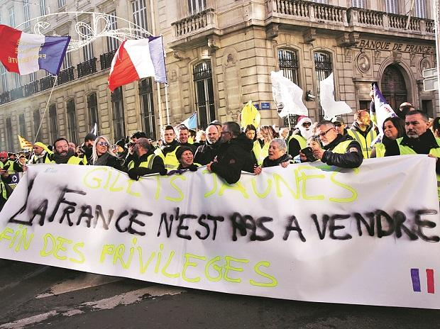'Yellow vest' protesters return to French streets, storm ministry in Paris