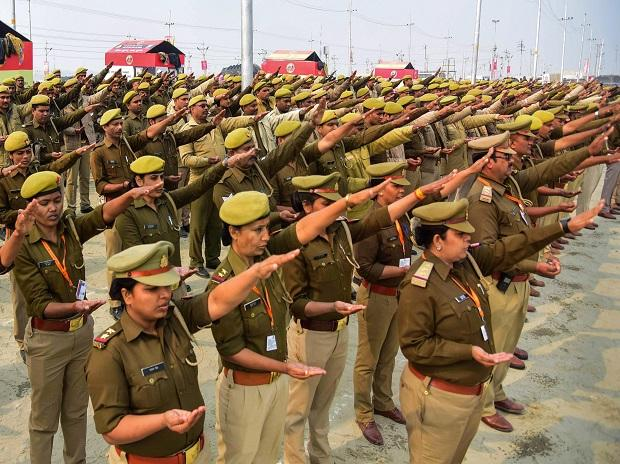 Police take oath with Ganga Jal in one hand ahead of their duty in Kumbh Mela 2019