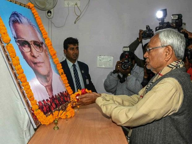 Bihar Chief Minister Nitish Kumar pays tribute to George Fernandes in Patna