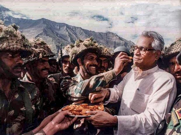 George Fernandes sharing snacks with the Army personnel during a visit to Ganasok in the Batalik Sector, J & K