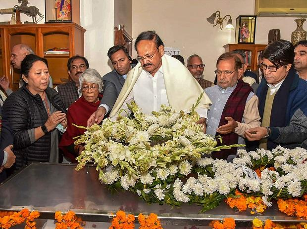 M Venkaiah Naidu and Sharad Yadav pay their last respects to the former defence minister at his residence in New Delhi