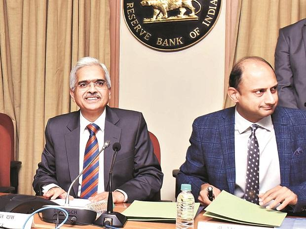 RBI Governor Shaktikanta Das (left), who chaired his first MPC meeting, and Deputy Governor Viral Acharya during a press conference in Mumbai on Thursday             	Photo: KAMLESH PEDNEKAR